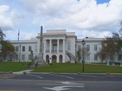 Colleton County Courthouse with Controversial Confederate Monument image. Click for full size.