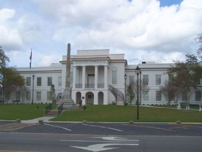 Front lawn of the Colleton County Courthouse on Hampton Street Photo, Click for full size
