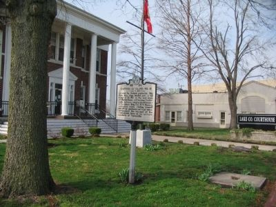 Marker in front of the County Court House image. Click for full size.