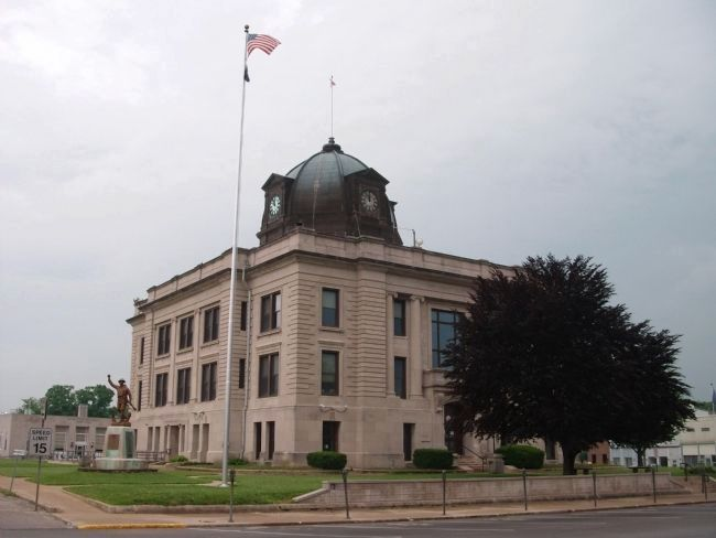 Owen County (Indiana) War Memorial and Courthouse image. Click for full size.