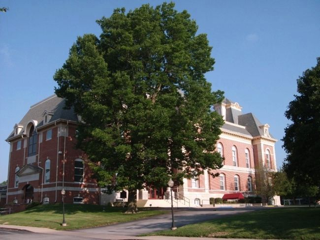East Side - - Benton County Courthouse image. Click for full size.