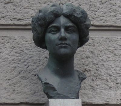 Closeup of Bust of Ema Destinnová image. Click for full size.