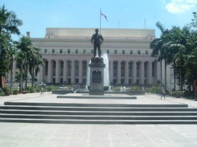 Philippine Post Office and Liwasang Bonifacio Monument Photo, Click for full size