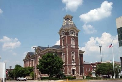 Henry County Courthouse and War Memorial image. Click for full size.
