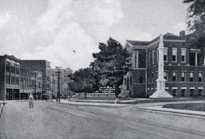 Main Street Showing Courthouse<br>and Confederate Monument Photo, Click for full size