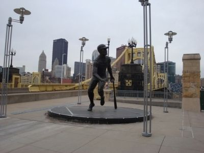 Roberto Clemente statue image. Click for full size.