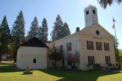 Mariposa County Court House and Marker image. Click for full size.
