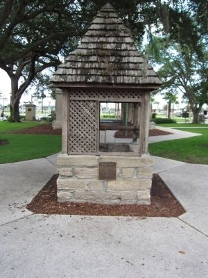 Public Well and Marker image. Click for full size.