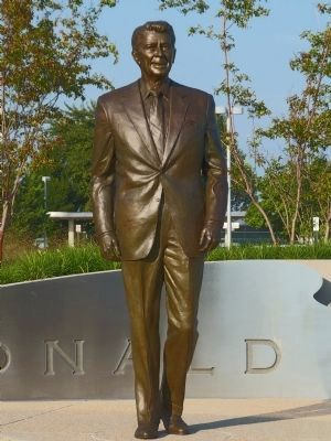 Ronald Reagan Statue image. Click for full size.