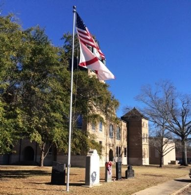 Autauga County Courthouse and War Memorials image. Click for full size.