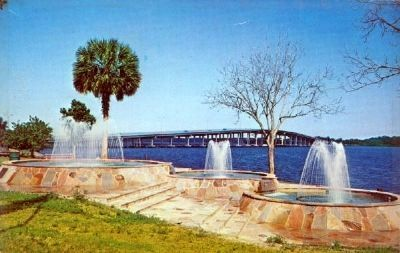 Veteran's Memorial Plaza on the St. Johns River - Palatka, Florida image. Click for full size.