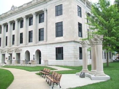Pettis County Courthouse Memorial image. Click for full size.
