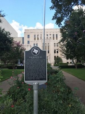 Marker in front of courthouse. image. Click for full size.