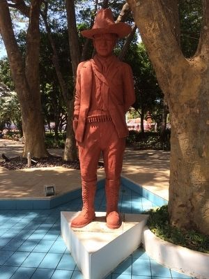 Nearby statue of Augusto Sandino image. Click for full size.