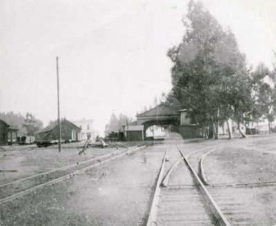 Looking south from Thornton Avenue toward the South Pacific Coast RR arcade-style station. image. Click for full size.