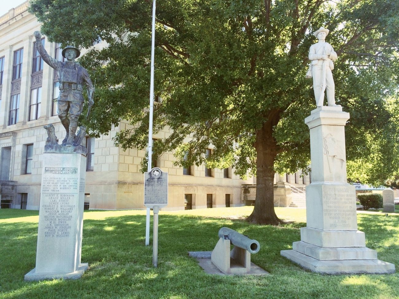 Marker in front of County Courthouse and Confederate & WWI statues. image. Click for full size.