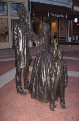 The Lincoln Family statutes image. Click for full size.