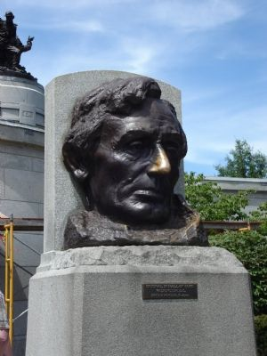 Lincoln Head Sculpture image. Click for full size.