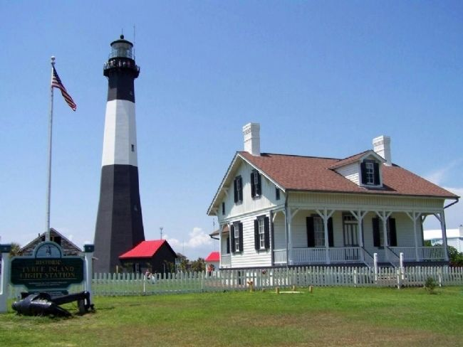 Tybee Lighthouse and keepers house image. Click for full size.