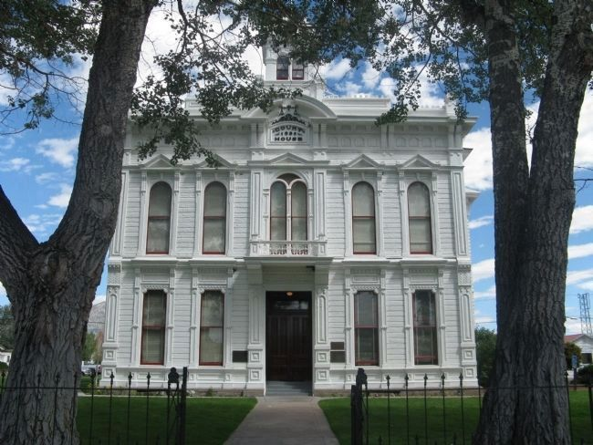 Mono County Courthouse image. Click for full size.