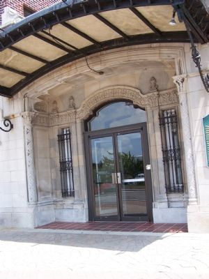 Front entrance of the Four Flags Hotel, next to the marker image. Click for full size.