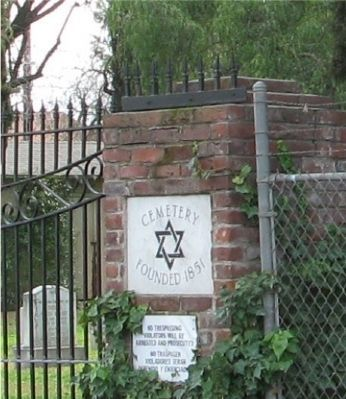 Sign at Entrance toTemple Israel Cemetery image. Click for full size.