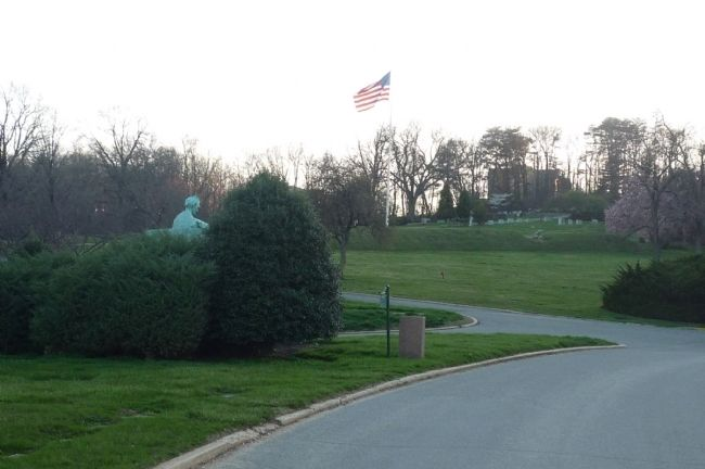 View toward Battery Jameson - Abraham Lincoln statue behind shrubbery, left. image. Click for full size.