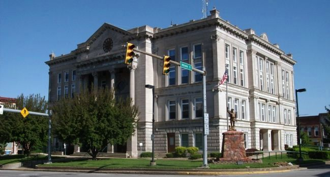 Putnam County Courthouse and World War I Memorial image. Click for full size.