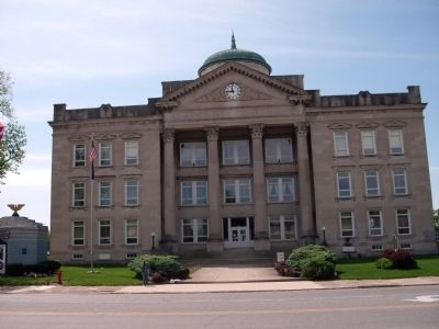 Front of Clay County Courthouse image. Click for full size.