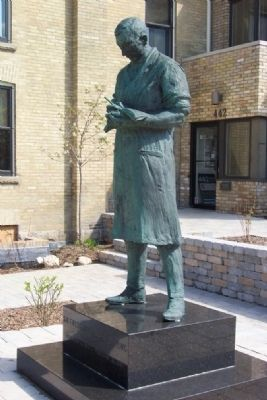 Sir Frederick Grant Banting Statue image. Click for full size.