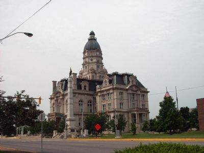 North / East Corner - - Memorial and Courthouse image. Click for full size.