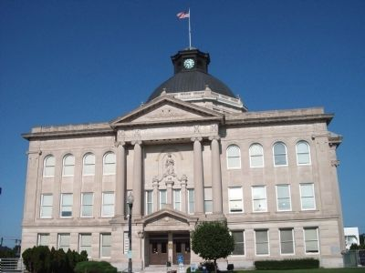 East Side - - Boone County Courthouse image. Click for full size.