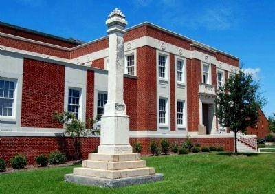 Lexington County Confederate Monument -<br>Old Courthouse in Background image. Click for full size.