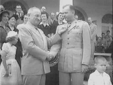William E. Barber receiving the Medal of Honor from President Truman image. Click for full size.