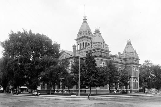 1900 Photo of Courthouse image. Click for full size.