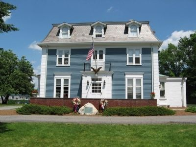 Lewisboro Veterans Monument in front of the Lewisboro Town House image. Click for full size.