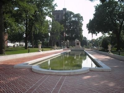 Memorial and Reflecting Pool image. Click for full size.