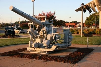 Gun from the U.S.S. Tuscaloosa & Marker image. Click for full size.