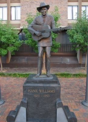 Hank Williams statue image. Click for full size.
