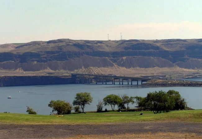Basaltic Cliffs of the Columbia River image. Click for full size.