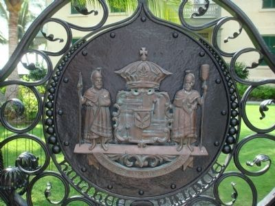 Medallion on Front Gate of Hulihe'e Palace image. Click for full size.