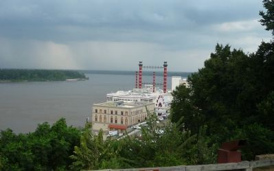 View northward toward the Vicksburg riverfront and the Ameristar Casino Hotel image. Click for full size.