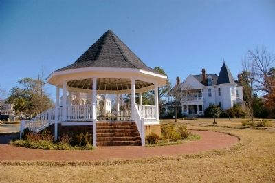 Rees Park Gazebo image. Click for full size.