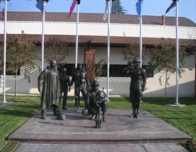 Clovis Veterans Memorial Marker and bronze soldiers image. Click for full size.