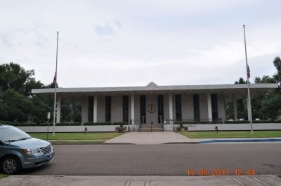 Paducah City Hall facing park image. Click for full size.