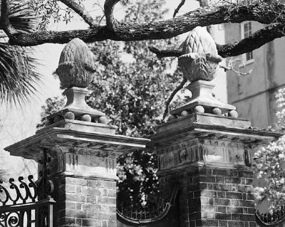 Simmons-Edwards House Pineapple Gate image. Click for full size.