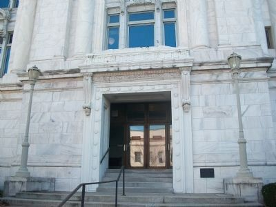 Main Street entrance to Madison County Courthouse image. Click for full size.