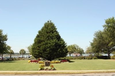 Beaufort Historic District Marker at Freedom Mall, with the Annual Christmas Tree image. Click for full size.