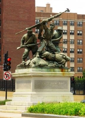 Civil War Statue image. Click for full size.