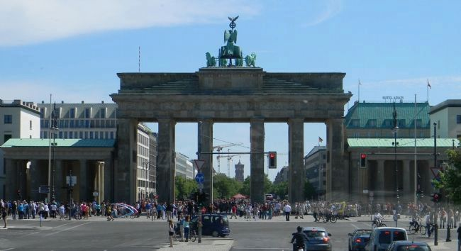 Brandenburg Gate - entrance to Pariser Platz off Ebertstraße image. Click for full size.